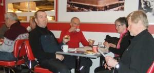 Puheet on pidetty, 'ei pullamössösukupolvi' nautimassa ...kahvia - vasemmalla Tapsa hänen takanaan piilossa Jokke, Harri, Kalle, Tuoski, Hilkka ja Pepe