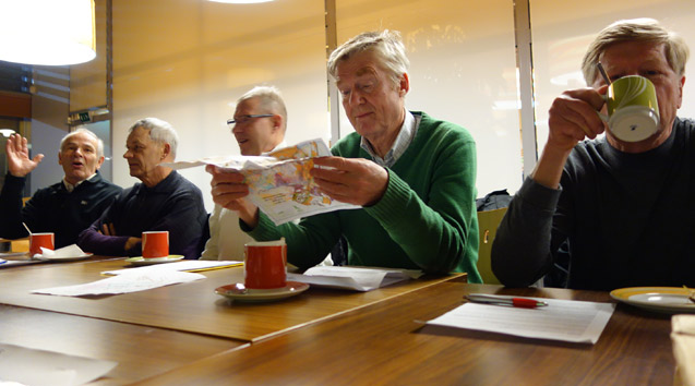 Kevätkokouksess Masa jo tutki karttaa, Tuoskin, Tapsan ja Maran keskittyessä jutteluun ja Papen teehen!